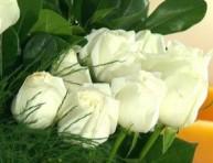 imagen Centro de mesa con rosas blancas