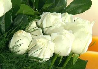 centro-de-mesa-con-rosas-blancas-03