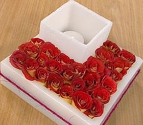 centro-de-mesa-moderno-con-fanales-y-flores-02