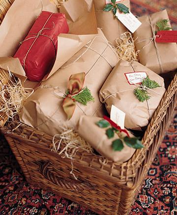 regalos envueltos en papel madera con lazos de cordn naturales y flores y hojas de plantas alusivas a la navidad las puedes tomar de tu propio jardn