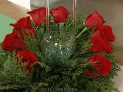 Centro de mesa navideño con flores y velas 3