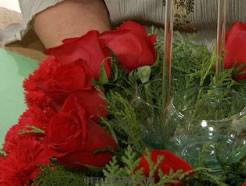 Centro de mesa navideño con flores y velas 4
