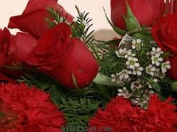 Centro de mesa navideño con flores y velas 5