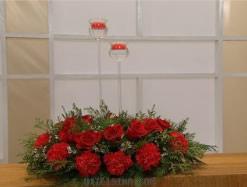 Centro de mesa navideño con flores y velas 6