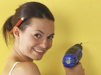 Aprende a tapar agujeros molestos en paredes y azulejos