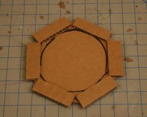 Un florero con carton reciclado gu a de manualidades for Manualidades modernas para el hogar