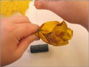 Ramo de rosas realizadas con hojas secas-11