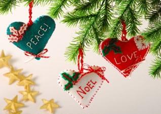Adornos para navidad_ corazoncitos de fieltro01