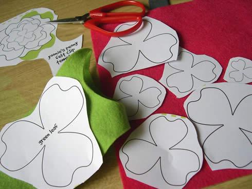 Diadema con flor de fieltro movible Artículo Publicado el 23.11.2010
