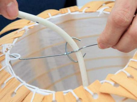 Manualidades para el hogar reciclando una lámpara de papel7