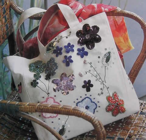 Bolso bordado con lentejuelas, chaquiras y florecitas de velour1