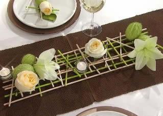 Delicado camino de mesa con madera y flores-1