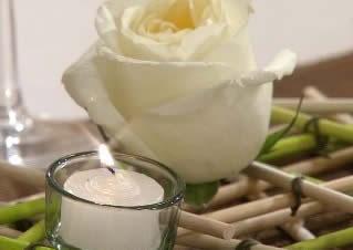Delicado camino de mesa con madera y flores-2
