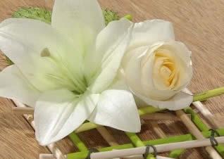 Delicado camino de mesa con madera y flores-8