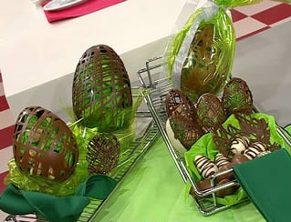 Manualidades con chocolate huevos enrejados con trufas-1
