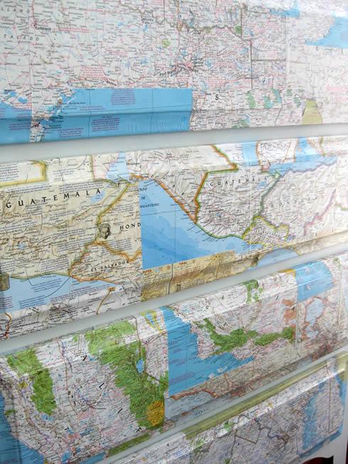Recicla un viejo aparador con mapas1