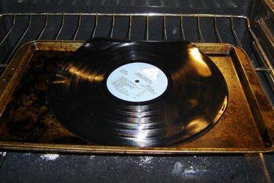 Reloj con un disco de vinilo