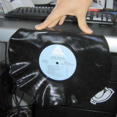 Reloj con un disco de vinilo3