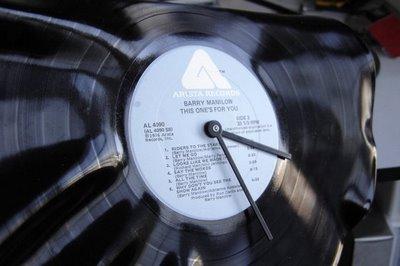 Reloj con un disco de vinilo8