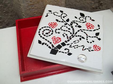 Caja de madera decorada con mosaicos 1