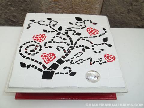 Caja de madera decorada con mosaicos 2
