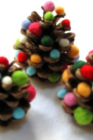 Mini rbol de navidad con pi as gu a de manualidades - Adornos navidad con pinas ...