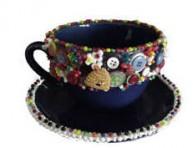 imagen Taza decorada con botones, mostacillas y conchas marinas