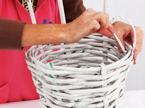 Cesto con papel de diario gu a de manualidades - Hacer cestas con papel de periodico ...