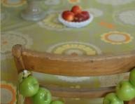 imagen Decoración para sillas con manzanas