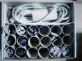 imagen Tubos de papel higiénico para organizar los cables