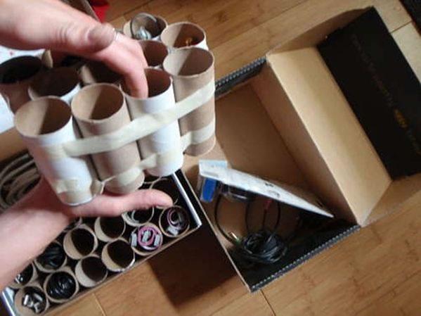 Tubos de papel higi nico para organizar los cables gu a de manualidades - Caja para ocultar cables ...