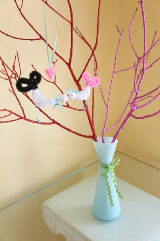 Ramas secas decoradas con brillantinas gu a de manualidades - Ramas decoradas ...