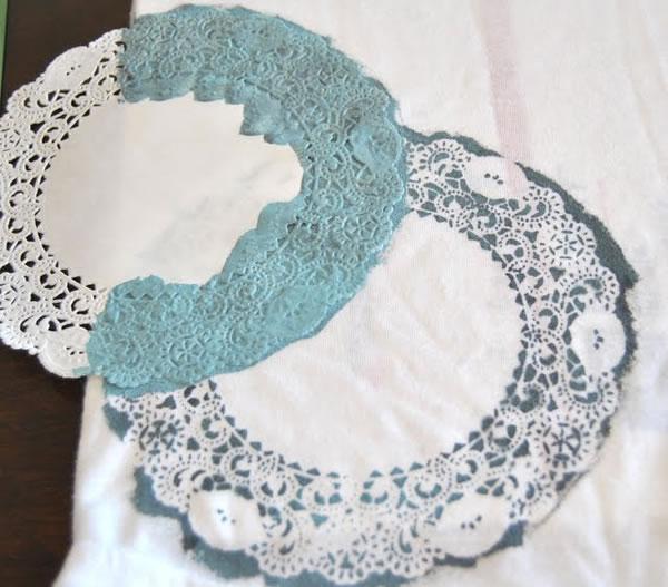 Camiseta decorada con blondas de papel 3