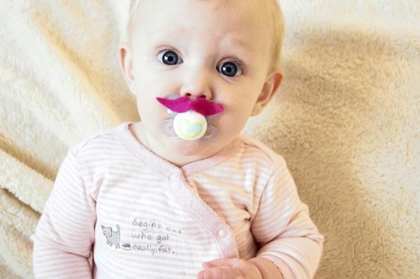 chupetes de bebé con bigotes de fieltro 2
