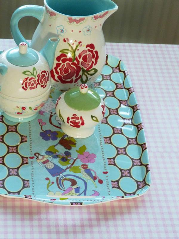 Decoupage sobre una mesa de centro con papel pintado gu a de manualidades - Manualidades con papel pintado ...