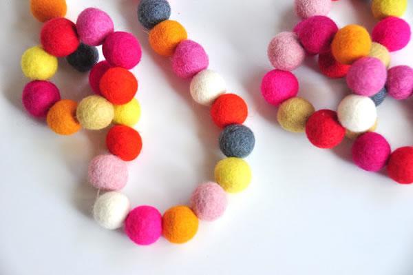 Collar y pulsera con bolitas de colores 1