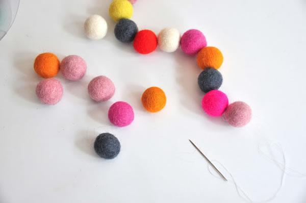 Collar y pulsera con bolitas de colores 4