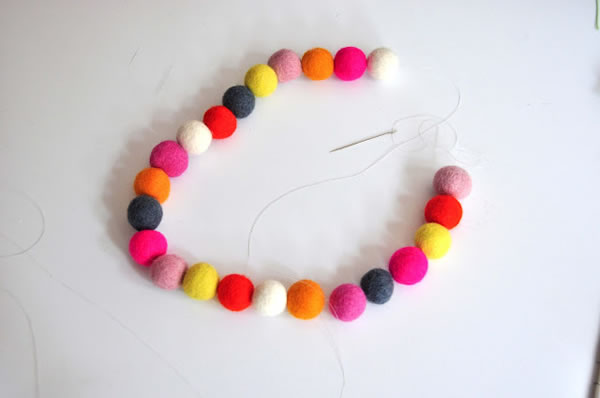 Collar y pulsera con bolitas de colores 5