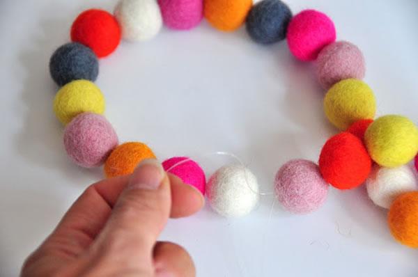 Collar y pulsera con bolitas de colores 6