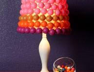 imagen Colorida lámpara de mesa con pelotitas de ping pong