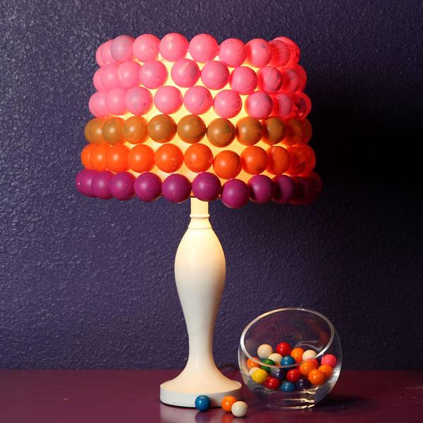 Colorida lámpara de mesa con pelotitas de ping pong