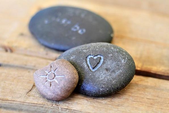 Idea para grabar piedras de río 8