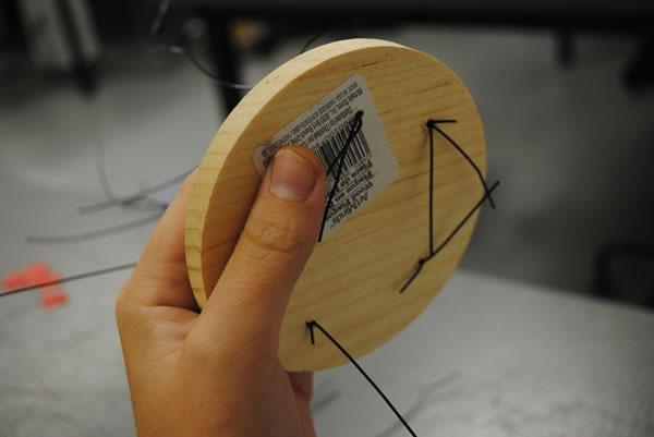 Árbol con alambre y hojitas de papel 4