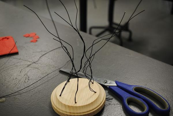 Árbol con alambre y hojitas de papel 5