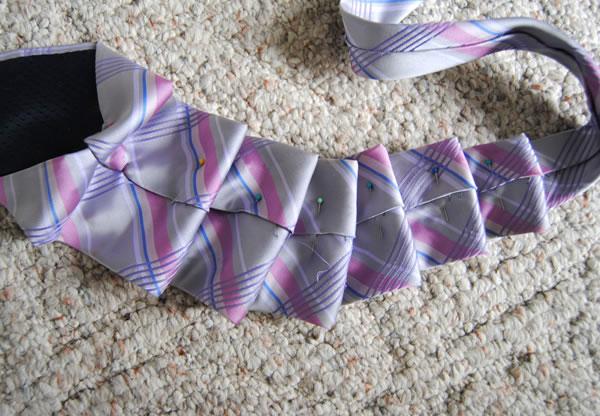 Colgante con corbata 2
