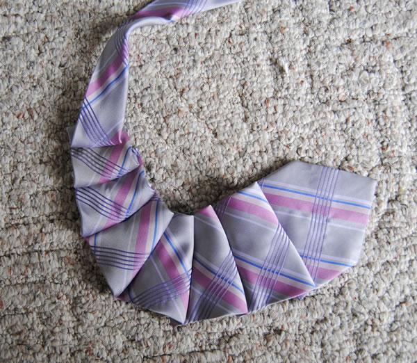 Colgante con corbata 3