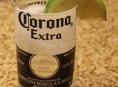 imagen Un vaso con una botella de cerveza