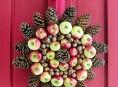 imagen Corona con manzanas, nueces y piñas