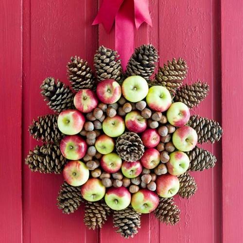 Corona navideña con manzanas, piñas y nueces