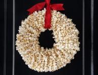 imagen Corona navideña con palomitas de maíz